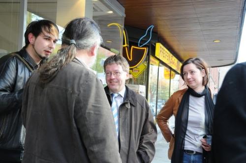 Marcus Peyn (links) im Gespräch mit dem Bundestagsabgeordneten Peter Bartels (SPD, mitte)